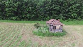 Vieille maison abandonnée au milieu du pré banque de vidéos