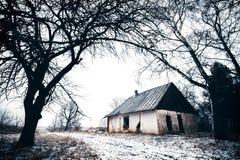 Vieille maison abandonnée dans l'horaire d'hiver lithuania Image libre de droits