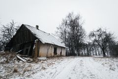 Vieille maison abandonnée dans l'horaire d'hiver lithuania Photographie stock