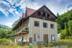 Vieille maison abandonnée dans les montagnes images libres de droits