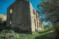 Vieille maison abandonnée dans les ruines dans le village de montagne images libres de droits