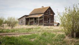 Vieille maison abandonnée en bois avec un maigre à Photo stock