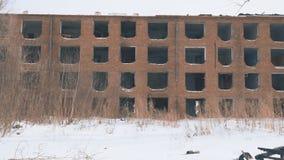 Vieille maison abandonnée sans fenêtres banque de vidéos