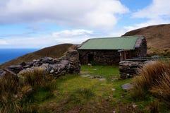 Vieille maison abandonnée vers le haut du montain Photos stock