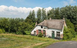Vieille maison abandonnée de ferme avec le toit couvert de chaume Photo stock