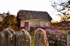 Vieille maison au coucher du soleil dans le village images stock