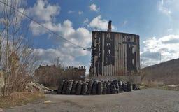 Vieille maison avant démolition avec les déchets pneumatiques Images libres de droits