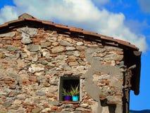 Vieille maison avec des fleurs Image libre de droits