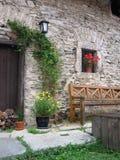 Vieille maison avec des flovers Images stock