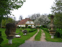 Vieille maison avec des sculptures Image libre de droits