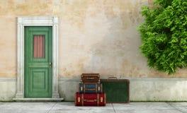 Vieille maison avec des valises de vintage Images stock