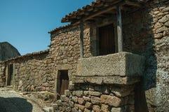 Vieille maison avec l'escalier allant ? un petit porche dans Monsanto photos libres de droits