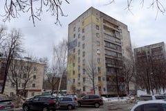 Vieille maison avec l'isolation externe colorée de taches Nizhny Novgorod Russie Image libre de droits