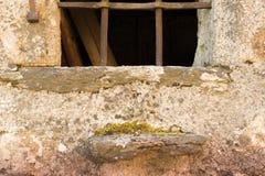 Vieille maison avec la fenêtre photos stock