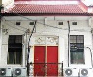 Vieille maison avec la porte rouge Photos libres de droits