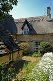 Vieille maison avec le toit de paille Image libre de droits