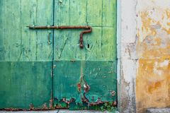 Vieille maison avec un mur et une porte plâtrés image stock