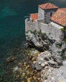 Vieille maison avec un toit carrelé par la mer images libres de droits