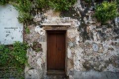 Vieille maison avec une porte en bois images libres de droits