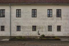 Vieille maison blanche avec des fenêtres Photos libres de droits