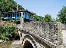 Vieille maison bleue par la rivière Photos libres de droits