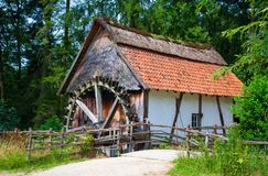 Vieille maison bois de construction-encadrée avec le moulin à eau photos libres de droits