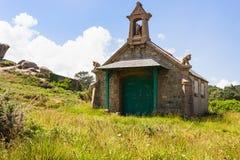 Vieille maison bretonne de style celtique dans le site de Ploumanach Image libre de droits