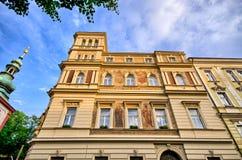 Vieille maison d'appartement avec le ciel dramatique à Prague - République Tchèque Images stock