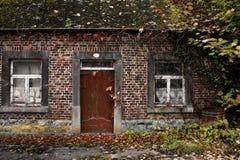 Vieille maison dans l'affaiblissement Photos libres de droits