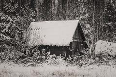 Vieille maison dans la neige Images stock