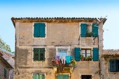 Vieille maison dans la petite rue dans Kotor photos stock