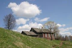 Vieille maison dans le côté de pays Photo stock