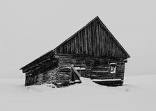 Vieille maison dans le paysage de neige Photos stock