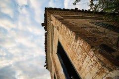Vieille maison dans les ruines, l'endroit quelque peu mystérieux et hanté Image stock