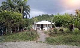 Vieille maison dans les zones rurales au Cuba image libre de droits