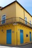 Vieille maison dans un coin peint avec des couleurs lumineuses photographie stock