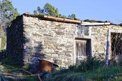Vieille maison dans un pré Photographie stock