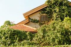 Vieille maison de bâtiment en Israël, fenêtre fermée photos stock