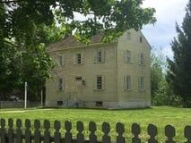Vieille maison de bardeau avec la clôture rustique Image libre de droits