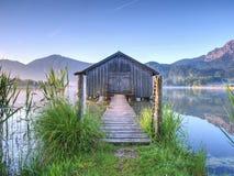 Vieille maison de bateaux en bois traditionnels au lac alpin photo libre de droits