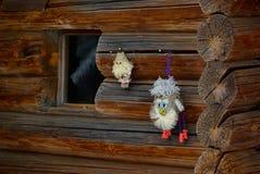 Vieille maison de bois de construction et poupées faites maison Images stock
