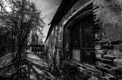 Vieille maison de brique avec la fenêtre en bois Photographie stock