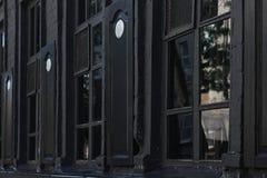 Vieille maison de brique avec les châssis de fenêtre en bois extérieurs image stock
