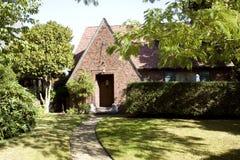 Vieille maison de brique et cour Photographie stock