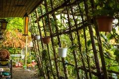 Vieille maison de campagne avec le jardin images libres de droits