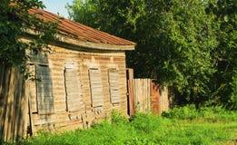 Vieille maison de campagne en bois abandonnée brun-grise Image stock