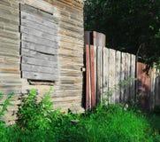 Vieille maison de campagne en bois abandonnée brun-grise Photographie stock