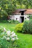 Vieille maison de ferme de cottage dans le jardin d'été Photo stock