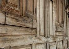 Vieille maison de forme en bois de fenêtres photos stock