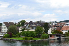 Vieille maison de lac près de Stafa, Zurich, avec se garer de bateaux Photos libres de droits